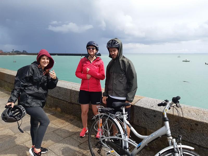 Mes trois compagnons de voyage tout riant avant la bonne averse, à Cancale.