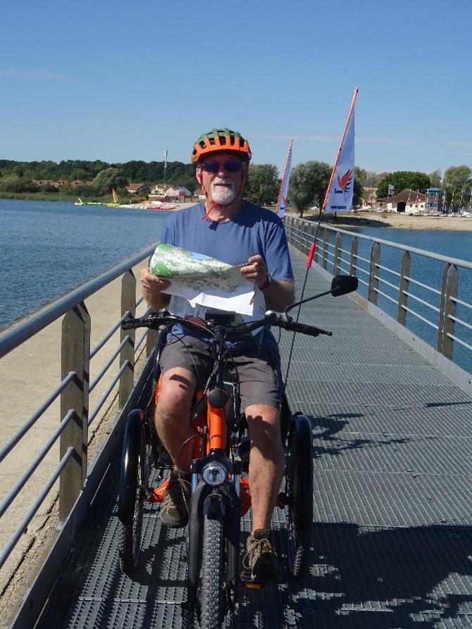 lecture de carte sur tricycle