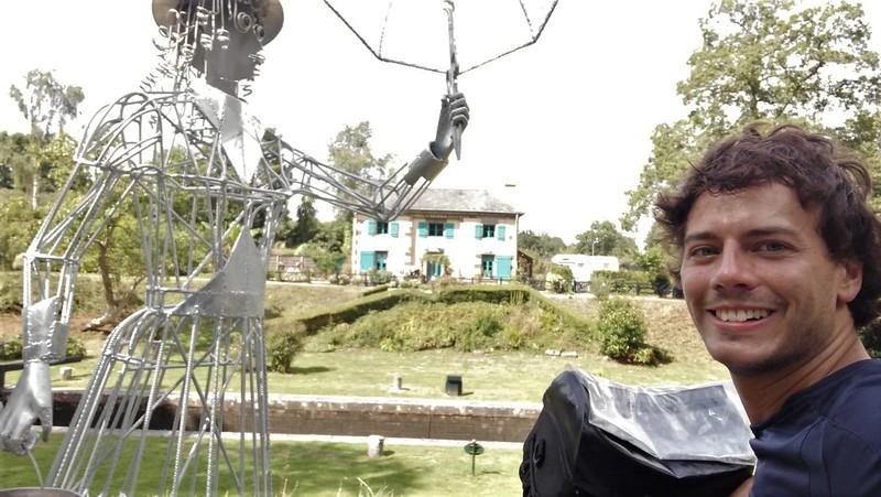 Sculpture de Mary Poppins le long du canal de l'Ille et Rance en Bretagne Nord