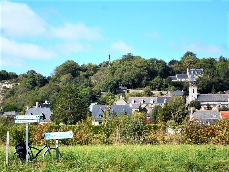 Vue sur le rocher granitique de Mont-Dol, sous le soleil breton