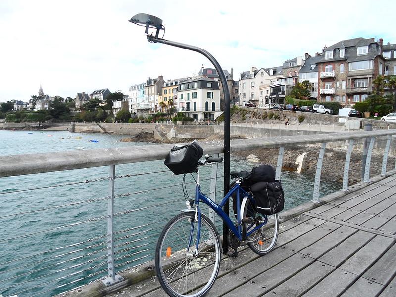Vélo sur la cale Corsaire à Dinard sur la promenade du Clair de Lune