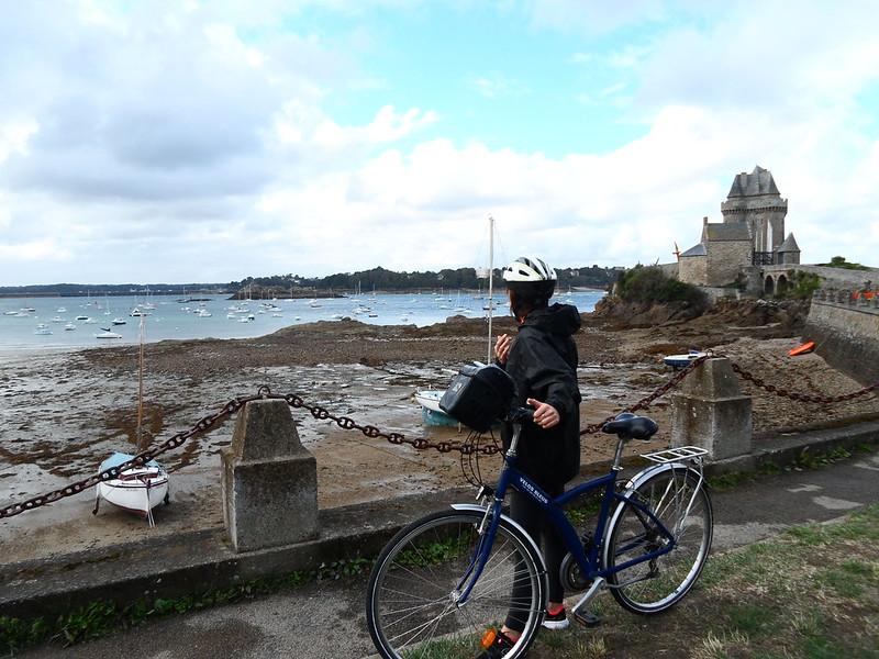 Nina devant la tour Solidor à Saint-Malo, sur la plage Saint-Père